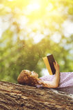 Menina que lê a Bíblia Imagens de Stock Royalty Free
