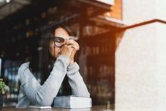Menina que lê a Bíblia no café da biblioteca Imagens de Stock Royalty Free
