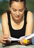 Menina que lê o livro Fotos de Stock Royalty Free