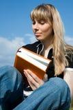 Menina que lê o livro Foto de Stock Royalty Free