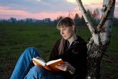 Menina que lê o livro Imagem de Stock