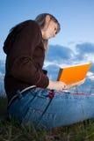 Menina que lê o livro Imagens de Stock