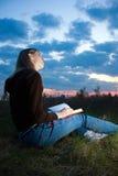 Menina que lê o livro Foto de Stock