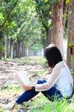 Menina que lê o livro de coração loving fotos de stock royalty free