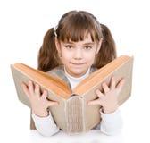 Menina que lê o livro grande Isolado no fundo branco Fotos de Stock Royalty Free