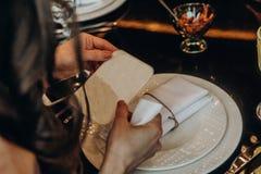 Menina que lê a placa em uma tabela do restaurante foto de stock royalty free
