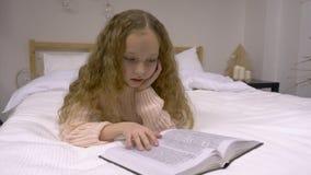 Menina que lê um livro vídeos de arquivo