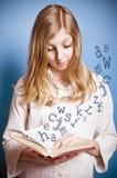 Menina que lê um livro imagem de stock royalty free