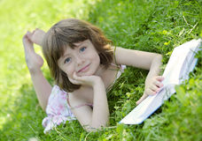 Menina que lê um livro Imagens de Stock Royalty Free