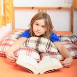Menina que lê um livro Fotografia de Stock Royalty Free