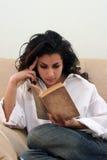Menina que lê um livro imagens de stock