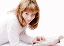 Menina que lê um livro, estúdio isolado Fotografia de Stock Royalty Free