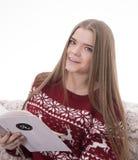 Menina que lê uma mensagem Foto de Stock