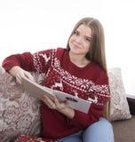Menina que lê uma mensagem Imagem de Stock