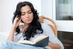 Menina que lê o livro Fotos de Stock
