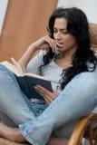 Menina que lê o livro Imagens de Stock Royalty Free