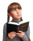 Menina que lê uma Bíblia Fotografia de Stock