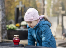 Menina que lamenta na sepultura Fotografia de Stock Royalty Free