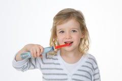 Menina que lava seus dentes Imagens de Stock Royalty Free