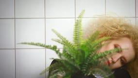 Menina que levanta com potenciômetro e planta de flor nela filme