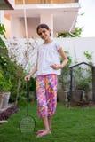 menina que levanta com uma raquete de badminton Imagens de Stock