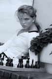 Menina que levanta com xadrez no estilo da forma foto de stock
