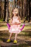 Menina que levanta em um balanço no parque Fotos de Stock
