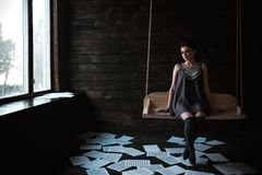 Menina que levanta em uma sala escura Fotografia de Stock