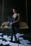 Menina que levanta em uma sala escura Imagens de Stock