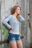 Menina que levanta fora Fotografia de Stock
