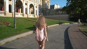 Menina que levanta na câmera na rua da cidade vídeos de arquivo