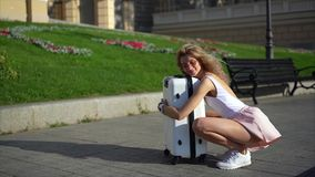 Menina que levanta na câmera na rua da cidade filme