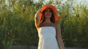Menina que levanta na costa em um chapéu vídeos de arquivo