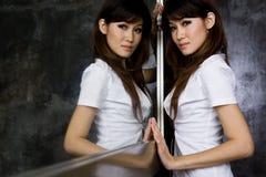 Menina que levanta na frente do espelho Imagem de Stock