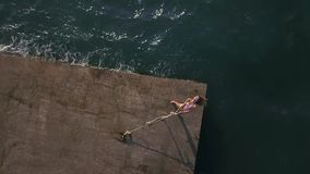 Menina que levanta na frente marítima video estoque