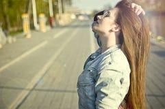 Menina que levanta na luz solar fotos de stock