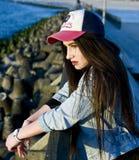 Menina que levanta na luz solar fotografia de stock