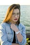 Menina que levanta na luz solar imagens de stock royalty free