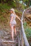 Menina que levanta na natureza fotografia de stock royalty free