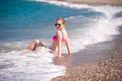 Menina que levanta na praia Fotos de Stock Royalty Free