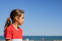 Menina que levanta na praia fotografia de stock