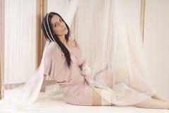 A menina que levanta no estúdio gosta da princesa Fotografia de Stock Royalty Free