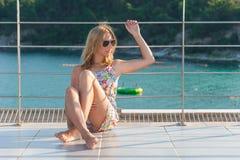 Menina que levanta no mar imagem de stock royalty free