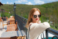 Menina que levanta no terraço Imagem de Stock