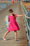 Menina que levanta para o fotógrafo fotos de stock royalty free
