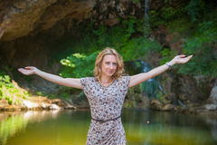 Menina que levanta perto do lago pequeno imagens de stock royalty free