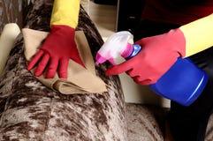 Menina que limpa a casa fotos de stock royalty free