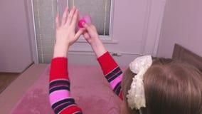 Menina que mantém a mão acima com girador da inquietação vídeos de arquivo
