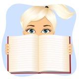 A menina que mantém um livro largo abre Fotos de Stock
