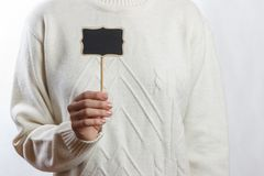 Menina que mantém um quadro-negro pequeno isolado no fundo branco Foto de Stock Royalty Free